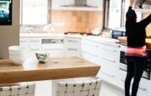 מטבח לבן בשילוב עץ טבעי